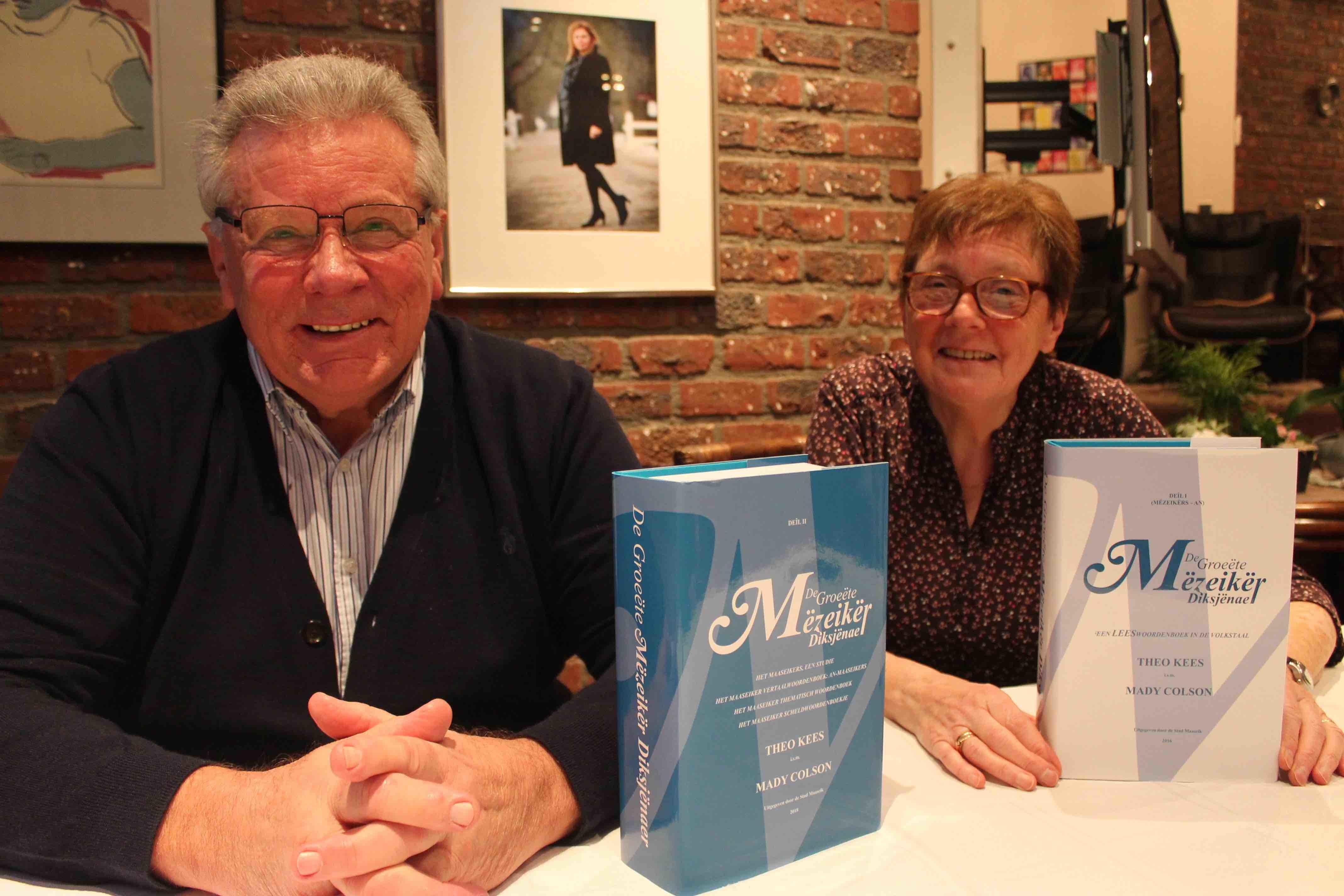 Theo Kees en Mady Olson met hun Maaseiker woordenboek
